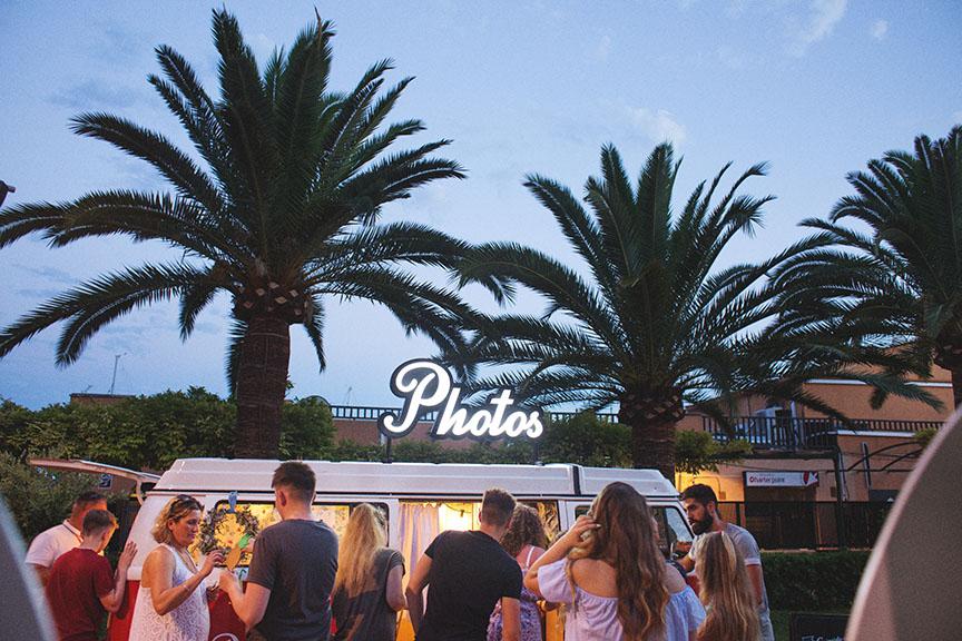 fotomaton-barcelona-volskwagen-tocamadera-vintage-phototruck-eventos-boda-diferente-popeandpoole-sunset-market-mallorca-2